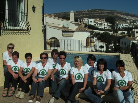 Gymnastikgruppe in Spanien - mit T-Shirts am Pool